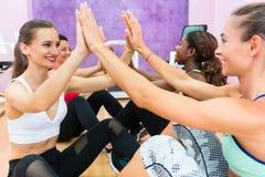 Femme gaie battant les mains dans la séance d'entraînement pendant la classe de groupe Photographie stock libre de droits