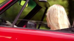 Femme gaie dans sa voiture banque de vidéos