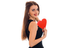Femme gaie de brune dans l'amour posant avec le coeur rouge dans des ses mains d'isolement sur le fond blanc Photo libre de droits
