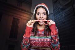 Femme gaie drôle jouant avec une lucette colorée Photos stock