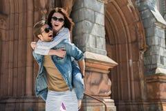 Femme gaie et homme jeunes ayant le bon temps extérieur Image stock