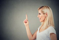 Femme gaie excitée avec l'idée photos stock