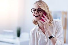 Femme gaie heureuse parlant au téléphone Photos stock