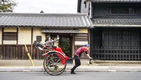 Femme gaie heureuse prenant le selfie de photos sur le tradit d'équitation de téléphone photo libre de droits