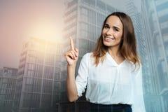Femme gaie heureuse se dirigeant avec son doigt Photos libres de droits