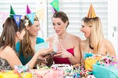 Femme gaie tenant un boîte-cadeau pendant une fête d'anniversaire de surprise Images libres de droits