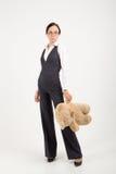 Femme gardant l'ours mol de jouet Photographie stock libre de droits