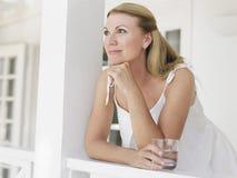 Femme âgée par milieu heureux réfléchi regardant loin Image libre de droits