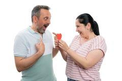 Femme gifting le coeur rouge pour équiper images libres de droits