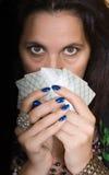 Femme gitane avec la fan des cartes Photographie stock
