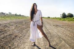 Femme gitane païenne sur la route sale Images stock