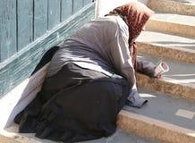 Femme gitane pluse âgé avec des foulards sur sa tête et longue jupe photographie stock