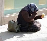 Femme gitane priant pour des personnes tandis qu'elle s'accroupit dans le streptocoque photos stock