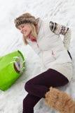 Femme glissée et blessée en arrière sur la rue glaciale Photographie stock