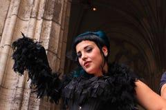 Femme gothique avec le boa Photographie stock