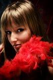 Femme gracieux avec la verticale rouge de plumage photo libre de droits