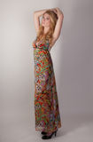 Femme grande dans la robe colorée Image libre de droits