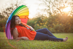 Femme grasse heureuse avec le parapluie Images stock