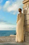 Femme grecque de style recherchant la mer image stock