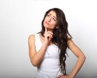 Femme grimaçante de brune de confusion imaginant et regardant dans le wh Photos libres de droits