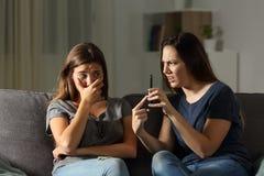 Femme grondant son ami au sujet de contenu de téléphone Photographie stock libre de droits