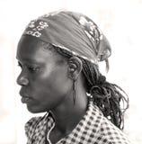 Femme haïtienne avec le bandana, les tresses et les boucles d'oreille Image libre de droits