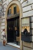 Femme habillée élégante devant le Gucci-magasin à Rome, Italie Photographie stock
