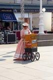 Femme habillée dans des vêtements démodés photographie stock libre de droits