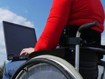 Femme handicapé avec l'ordinateur portatif Photographie stock libre de droits