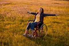 Femme handicapé sur le fauteuil roulant photos libres de droits