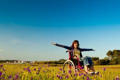 Femme handicapé sur le fauteuil roulant photo libre de droits