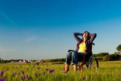 Femme handicapé sur le fauteuil roulant photographie stock