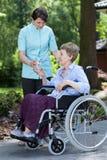Femme handicapée avec le verre de l'eau Photos libres de droits