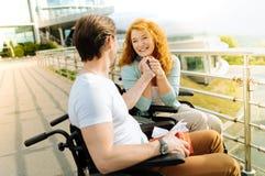 Femme handicapée gaie regardant son mari affectueux avec amour Images libres de droits