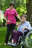 Femme handicapée mangeant du fruit dans le jardin Photo libre de droits