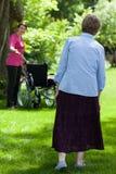 Femme handicapée pendant le temps gratuit Photos libres de droits