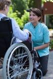 Femme handicapée se reposant dans un jardin Photographie stock libre de droits