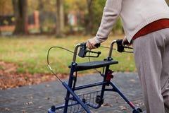 Femme handicapée sur une promenade Photos stock