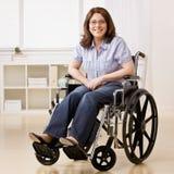 Femme handicapé s'asseyant dans l'ordinateur portatif Photographie stock