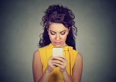 Femme hantée avec la technologie de smartphone photos stock