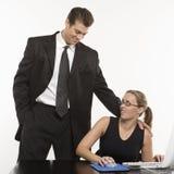 Femme harcelant d'homme à l'ordinateur. Image stock