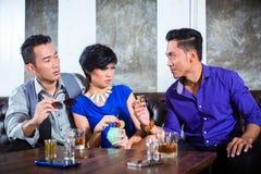 Femme harcelante d'homme asiatique dans la boîte de nuit de fantaisie Photographie stock