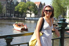 Femme heureuse à Amsterdam Images libres de droits