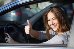 Femme heureuse à l'intérieur d'une voiture faisant des gestes le pouce  images libres de droits