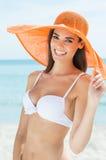 Femme heureuse à la plage dans le bikini images stock
