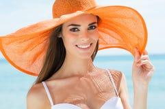 Femme heureuse à la plage dans le bikini photographie stock libre de droits