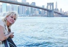 Femme heureuse à New York Photos stock