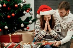 Femme heureuse étonnée recevant le grand présent de son mari Jo Image stock