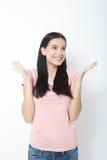 Femme heureuse étonnée regardant en longueur dans l'excitation photographie stock libre de droits