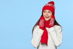 Femme heureuse étonnée regardant en longueur dans l'excitation Fille de Noël utilisant le chapeau tricoté et l'écharpe chauds, d' image stock